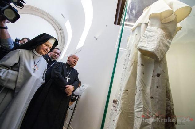 Sutanna, w którą ubrany był św. Jan Paweł II podczas zamachu na Jego życie, została przekazana do Sanktuarium. Fot. Jan Graczyński / INFO Kraków24