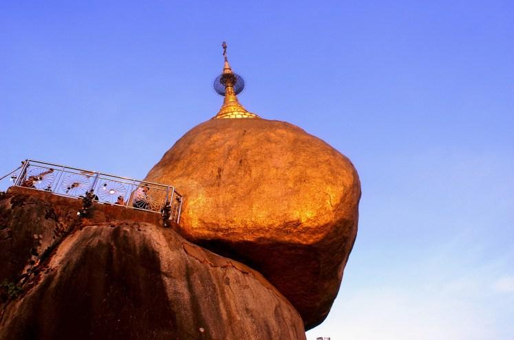 Kyaikhtiyo  la mystérieuse pagode au rocher d'or