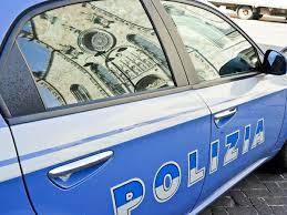 Ladro resta bloccato nel negozio di parrucchiere che sta svaligiando; chiama il 113 per essere liberato