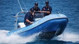 Napoli, gommone in avaria soccorso dalla motovedetta della polizia. Salve dodici persone