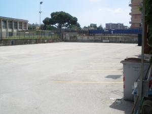 Scampia, parcheggio abusivo al posto del campo di calcio. La polizia sequestra tutto.