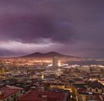 Napoli, nubifragio nella notte. Resta intrappolato nell'auto, la polizia lo salva
