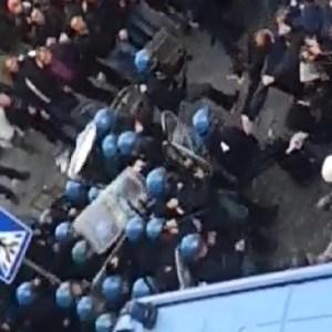 Tares Giugliano, guerriglia e scontri con le forze dell'ordine sotto la sede del comune. Guarda il video