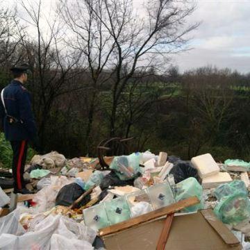 Scoperta discarica abusiva. I carabinieri denunciano il proprietario
