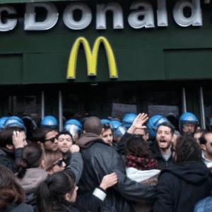 Napoli, McDonald's licenzia 33 persone. Scontri in piazza Municipio. Guarda le foto