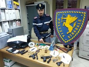Nola, scoperta dalla polizia una centrale per la stampa di polizze false. Sequestrate anche delle armi.