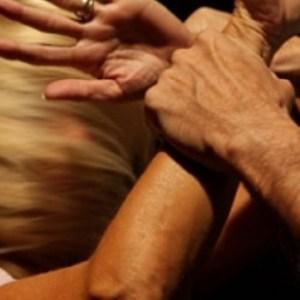 Picchia e maltratta la sorella davanti al nipotino, arrestato