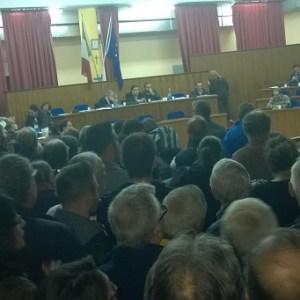 Cittadini assediano consiglio comunale a Sant'Antimo. Insulti e grida per chiedere le dimissioni dell'Amministrazione. Guarda il video