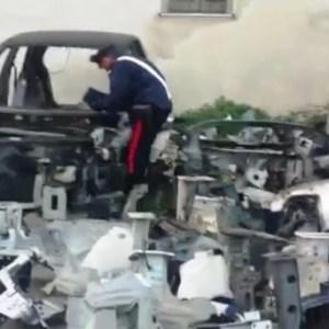 Napoli, carabinieri trovano deposito con centinaia di pezzi di auto rubate. 35 persone denunciate