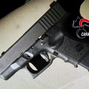 Napoli, trovata una pistola calibro 9. Indagano gli uomini dell'Arma