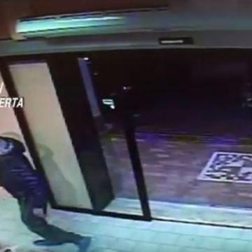 Esperto in rapine a mano armata incastrato dalle telecamere. Guarda il video