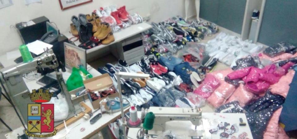 Napoli, sequestrati oltre 200 capi d'abbigliamento falsi. Denunciato cittadino del Marocco