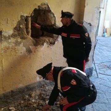 Casoria, banda del buco in azione in una tabaccheria. Sorpresi dai carabinieri finiscono in manette