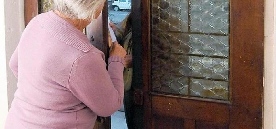 Notte di terrore per un'anziana: Aggredita e rapinata in casa