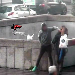 Napoli, scippava smartphone alle vittime mentre erano al telefono. Scoperto dalle guardie giurate, arrestato giovane egiziano