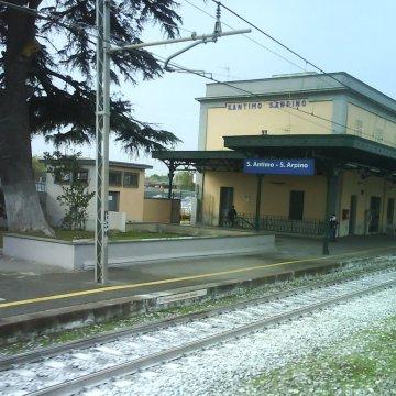 Sant'Antimo, choc alla stazione Sant'Antimo – Sant'Arpino. Uomo si spoglia e si lancia sotto il treno in corsa