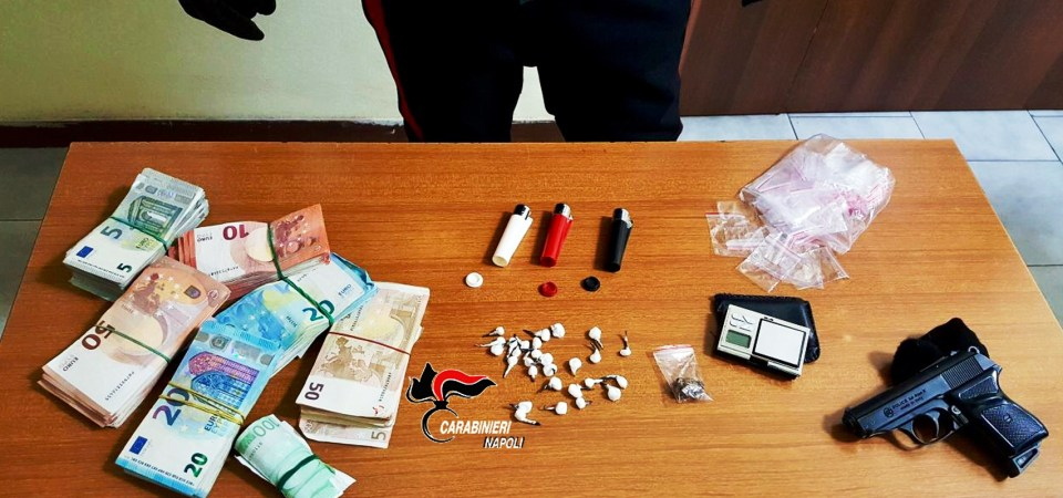 Caivano, emergenza spaccio. Trovata droga in un bar del posto gestito da tre giovani incensurati. Oltre 15mila euro ed una pistola a salve rinvenuta nell'abitazione