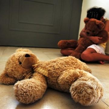 Afragola, violenza sessuale su minore e atti osceni fuori le scuole. Arrestato un 33enne