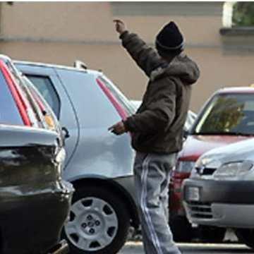 Napoli, parcheggiatore abusivo chiedeva pizzo agli automobilisti. Arrestato dopo inseguimento, è conosciuto anche come cantante neomelodico