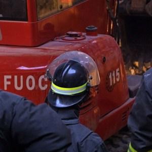 Casoria, incendio in appartamento: carabinieri e vigili del fuoco salvano due anziani e il loro cane