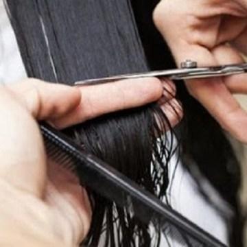 Coronavirus, parrucchiere abusivo lavora a serrande abbassate. Denunciato insieme ad un cliente. Il video