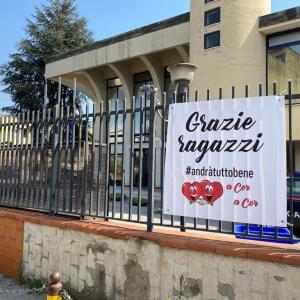 """Coronavirus, """"Grazie ragazzi"""": lo striscione donato ai carabinieri di Caivano"""
