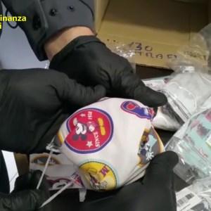 Mascherine per bambini con loghi di cartoni e delle squadre di calcio: maxi sequestro della GdF