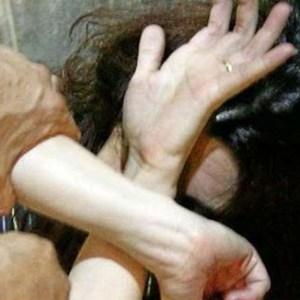 Picchia la madre invalida e accoltella il fratello. Arrestato un 34enne