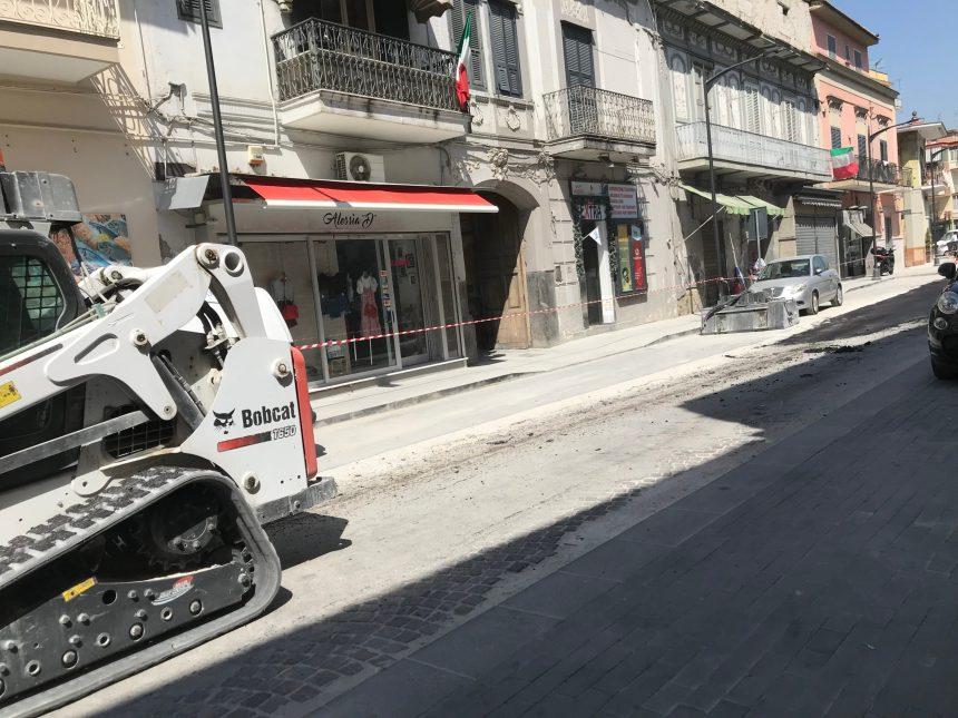 Grumo Nevano, riqualificazione del centro storico: asfalto nuovo sulla vecchia pavimentazione (video)