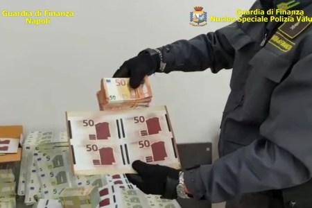 Napoli, scoperta fabbrica di banconote false dalle fiamme gialle. Sequestrato oltre un milione di euro. Arrestate quattro persone