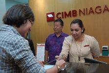 petugas bank cimb niaga melayani nasabah