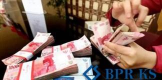 BPR KS merupakan Bank Perkreditan Rakyat Karyajatnika Sadaya suatu lembaga keuangan seperti layaknya perbankan lainnya, namun khusus BPR hanya menerima dalam bentuk deposito atau tabungan berjangka, nasabah tidak bisa melakukan penarikan sebelum jangka waktu berakhir, dan juga tidak bisa melakukan transaksi transfer (giral) seperti bank lainnya.BPRKS memiliki produk pinjaman dengan bentuk kredit pinjaman, nasabah dapat mengajukan pinjaman uang dengan nominal R p15 juta sampai denagn Rp 500 Juta, nasabah membayar kredit pinjaman dengan cara diangsur atau dicicil berdasarkan jangka waktu yang diambil. Untuk mengajukan kredit pinjaman di BPRKS anda harus memberikan jaminan berupa BPKB Mobil. Ya, anda cukup memberikan jamianan BPKB mobil yang anda miliki, akan bisa mendapatkan pinjaman yang bisa anda gunakan untuk berbagai jenis keperluan usaha seperti wiraswasta, mengembangkan usaha, memperluas jaringan usaha anda, dan lain-lain. Jika memang keberatan untuk ini anda bisa mengajukan KUR BRI Suku Bunga pada KAB BPRKS bersifat flat rate dimana bunga yang dibebankan kepada peminjam bersifat tetap. Jadi nasabah mengembali uang dengan angsuran tetap perbulan, tidak berubah walaupun nilai kurs rupiah melemah atau naik. Namun, BPRKS juga menyiapkan ansuran dengan suku bunga menurun yaitu mengunakan Metode perhitungan tersebut disebut Metode Anuitas