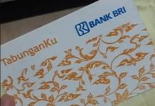 Tabunganku BRI merupakan produk simpanan yang bisa digunakan oleh siapa saja, syarat untuk membuka rekening ini hanya melampirkan KTP dan setoran awal minimal Rp20.000, lebih juga boleh.Nasabah hanya akan mendapatkan fasilitas berupa buku tabungan saja dan nasabah tidak mendapatkan kartu ATM. Nasabah Tidak dapat kartu ATM inilah yang menjadi kekurangan dari tabunganku BRI.Padahal dengan kartu ATM nasabah dapat dengan mudah melakukan transaksi seperti transfer uang, kirim uang, ambil uang dan sebagainya lewat mesin ATM, tapi karena berhubung tidak difasilitasi kartu ATM maka nasabah harus transaksi manual.Cara Mengambil dan Transfer Uang di Tabunganku BRIUang yang ada didalam rekening adalah uang anda, sehingga anda memiliki hak terhadap uang tersebut, anda boleh ambil berapapun jumlahnya, boleh anda transfer ke manapun sesuai kebutuhan.Karena tidak mendapatkan fasilitas kartu ATM maka untuk mengambil uang hanya dapat dilakukan melalui teller BRI. Saat mengambil uang anda perlu membawa kartu identitas dan buku tabungan.Begitu juga hal nya ketika anda ingin transfer uang, maka anda harus transfer melalui teller bri dengan mengisi form transfer yang telah disediakan.