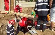 Intervenţie pentru salvarea a doi fraţi prinşi sub un mal de pământ