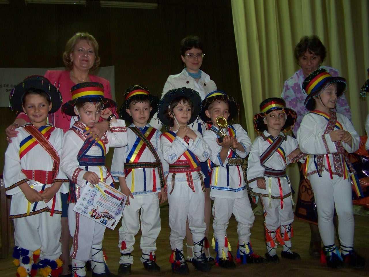 Trofeul primei editii a Concursului de dansuri populare dobrogene si ale etniilor din Dobrogea castigat de Gradinita 33 Constanta
