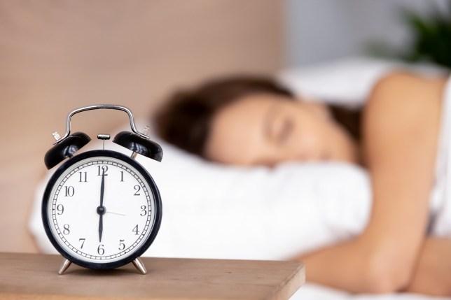 Omul normal se trezește cu alarma, omul cu planuri mari, nu!