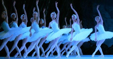 18 Jul 2005, London, England, UK --- Artists of the Kirov Ballet in the production of Swan Lake at the Royal Opera House, Covent Garden, London. Composer: Pyotr Ilyich Tchaikovsky. --- Image by © Robbie Jack/Corbis