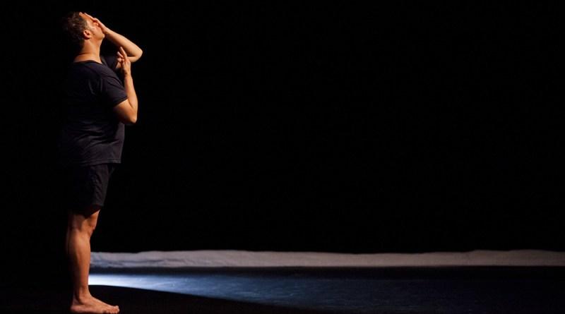 """Radhouane El Meddeb  interprËte Sous leurs pieds, le paradis, ChorÈgraphie Thomas Lebrun et Radhouane El Meddeb , ScÈnographie Annie Tolleter , LumiËre  Xavier Lazarini , Musique Al Atlal """" Les ruines """", chantÈe par Oum Kalthoum et enregistrÈe lors du concert de 1966 au Caire - La Compagnie de Soi - crÈation 2012"""