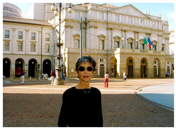 Anna Maria Prina davanti al Teatro alla Scala