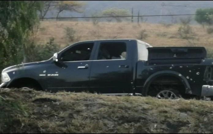 En las inmediaciones del Colinas de Santa Anita quedó abandonada una camioneta negra con varios impactos de bala. CORTESÍA