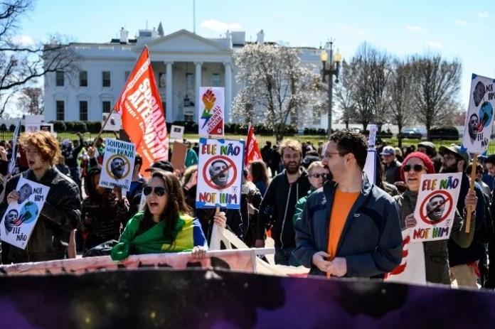 Manifestantes acudieron a las cercanías de la Casa Blanca en Washington, DC, para expresar su rechazo a la visita de Bolsonaro. AFP/E. Baradat