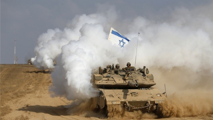 An Israeli soldier gestures from atop a tank after crossing the border back into Israel August 5, 2014. Israel pulled its ground forces out of the Gaza Strip on Tuesday and started a 72-hour ceasefire with Hamas mediated by Egypt as a first step towards negotiations on a more enduring end to the month-old war. REUTERS/Baz Ratner (ISRAEL - Tags: POLITICS CONFLICT CIVIL UNREST MILITARY TPX IMAGES OF THE DAY) - RTR41A0W
