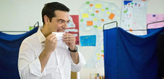 Tsipras deposita su voto (Reuters)