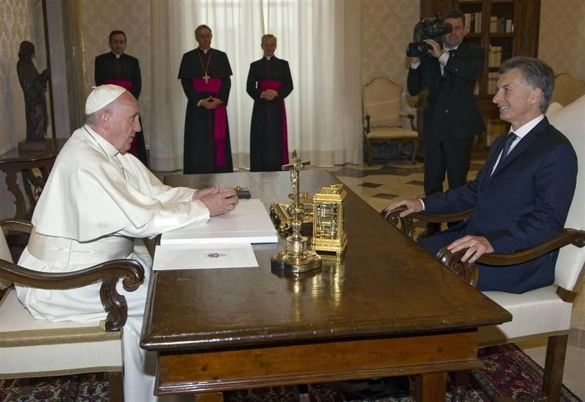 papa serio con Macri