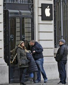 Armed Robbers Hit Paris Apple Store On New Year s Eve As Police     Armed robbers targeted an Apple Inc store in central Paris on New Year s  Eve  taking thousands of euros worth of goods  a police official said on  Tuesday