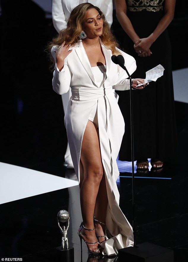 5ca091a7c8db3 - [Photos]: See what Beyonce wore to the 2019 NAACP Awards
