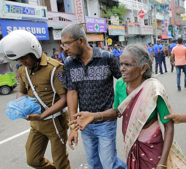 5cbc2d17ec1d5 - Over 150 dead as bomb goes off in churches and hotels in Sri Lanka