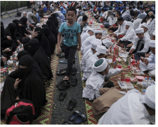 Islamic officials disguise as waiter to nab Muslims not fasting as offenders face 6 months jail term