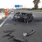 Dos jóvenes muertos y dos heridos graves en L'Alcudia al incendiarse un coche tras chocar con la mediana