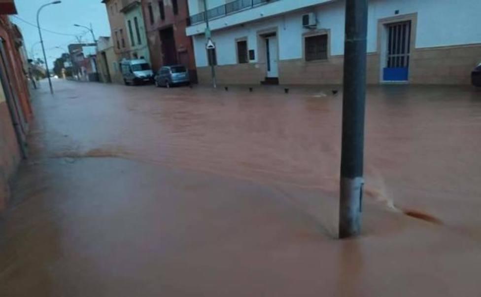 El agua llegó la autovía A-7 a su paso por Alberic en dirección a Valencia./Img. L.Albert
